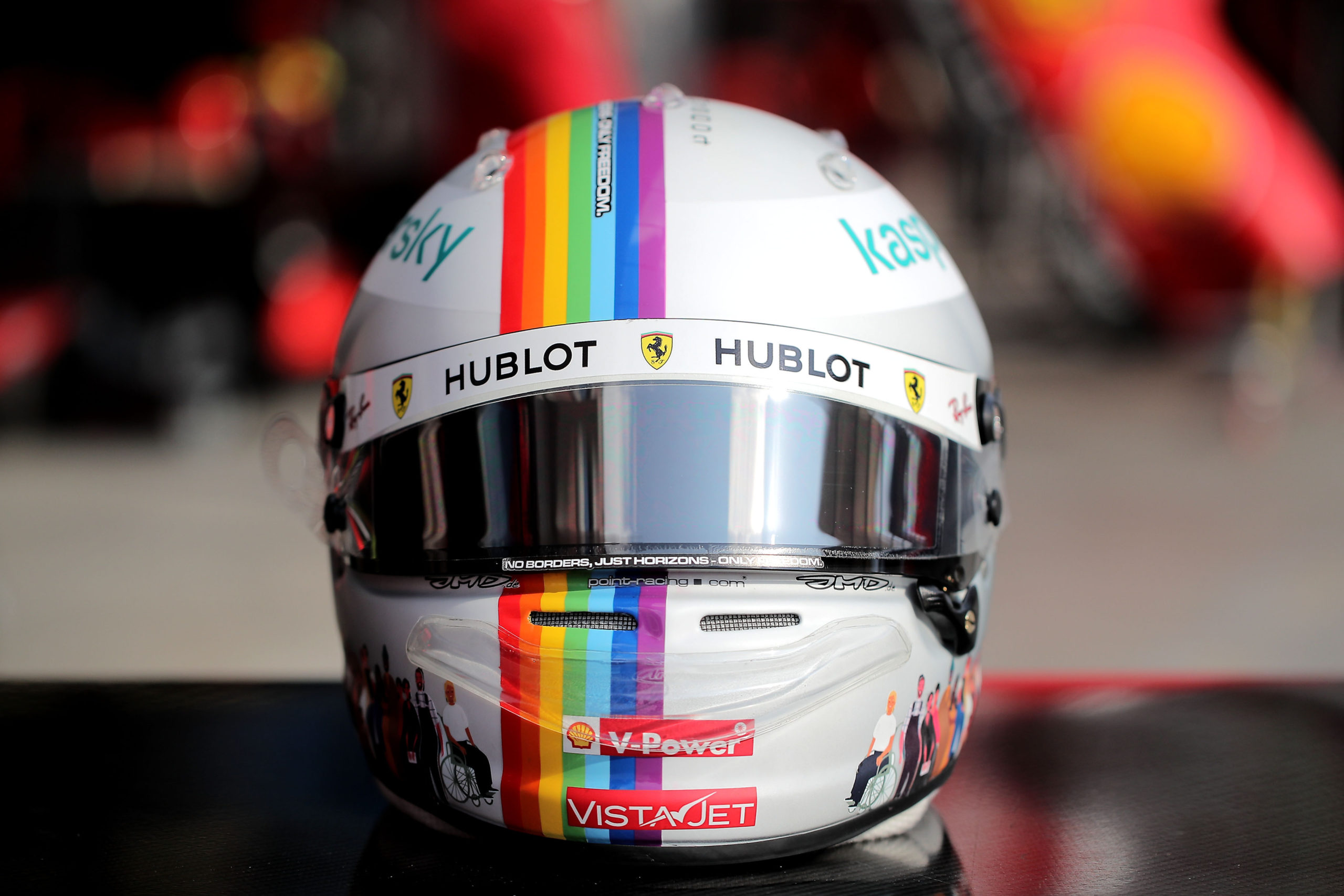 Sebastian Vettel prova lo speciale kart naked della Tony